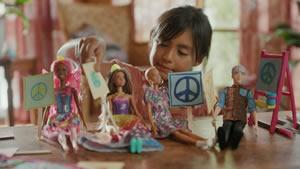 A Barbie defende que brincar com bonecas ajuda a mudar o Mundo